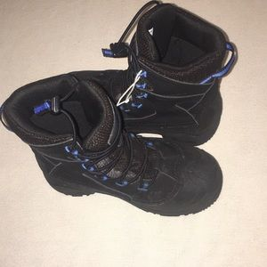 Columbia boys size 4 snow boots